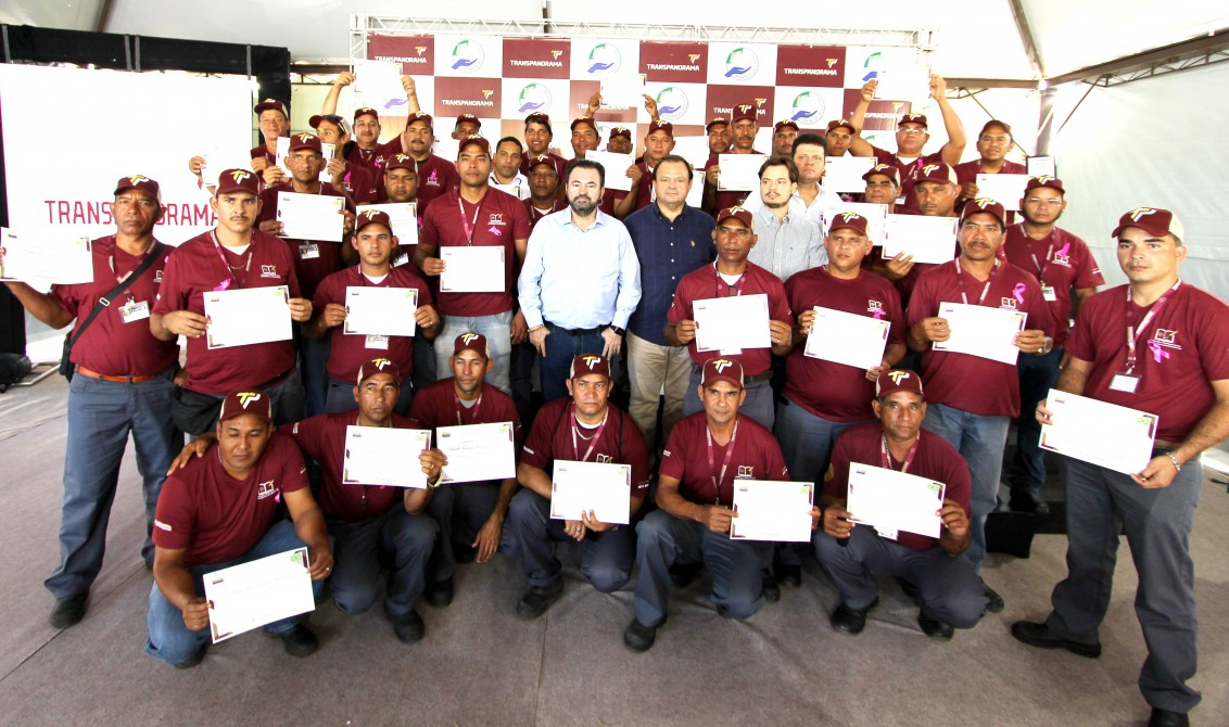 Motoristas-venezuelanos-com-os-diretores-da-Transpananorama-em-formatura-feita-recentemente-1132x670